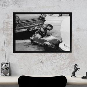 Quadro Fotográfico Criança Dirigindo para Sala, Quarto, Escritório , Corredores, 52x37cm C/ Vidro 2mm e Moldura em Madeira na cor preta