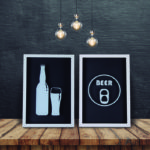Par de Quadros Decorativos Porta Tampinha e Lacre p/ Cozinhas Bares Área de Churrasco, 32x22cm C/ vidro 3mm e Moldura em Madeira na Cor Branca